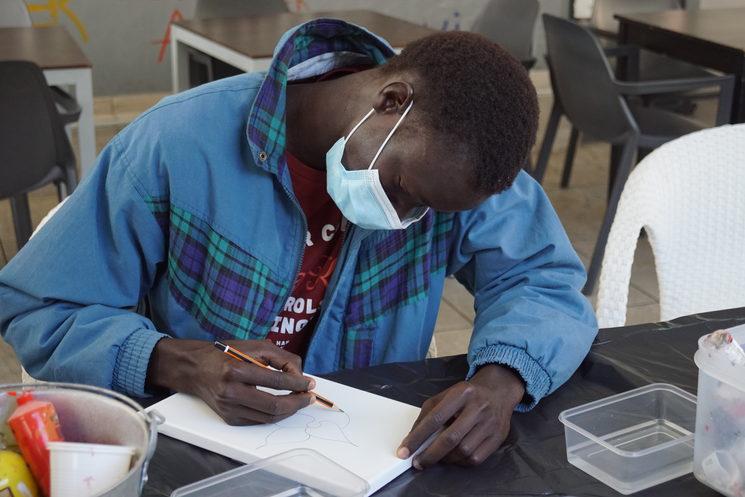 Omar pintando una de sus láminas en el hotel.