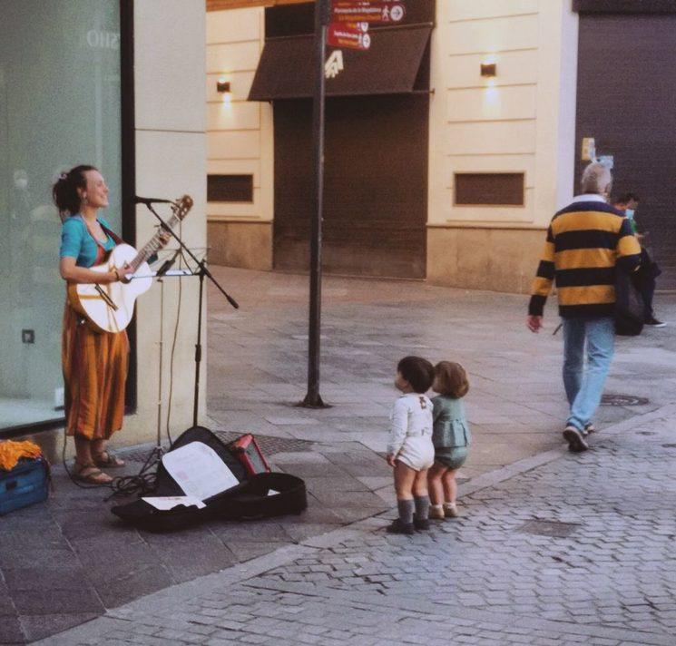 Niños escuchándome en las calles de Sevilla