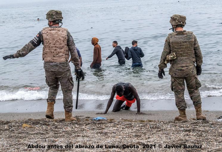 Antes del abrazo y la deportación ilegal de Abdou. Ceuta Mayo 2021 © Javier Bauluz