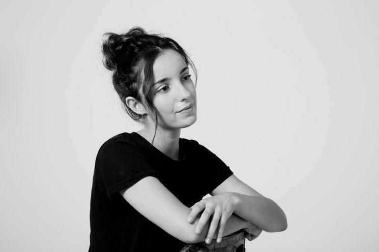 Natalia García Ruiz. Nacida en Málaga en 1998. Su predileción por el teatro nace en su adolescencia, cuando ingresa en la Escuela de Teatro Mucipal de su ciudad. Años más tarde decide encaminar sus estudios hacia la interpretación y cursa Bachillerato de Artes Escénicas. Continua su formación licenciandose en la Escuela Superior de Arte Dramático de Málaga, modalidad de interpretación textual. A lo largo de su carrera ha complementado estos etudios con cursos y talleres de otras disciplinas artísticas de su interés, como la danza o la acrobacia. Además su atracción por la música la hace aprender a tocar la guitarra de forma autodidacta. Ha participado en varios montajes teatrales como Farsa Musical para las abejas, Los locos de Valencia, Matrioska o El señor de las moscas.  Tambien se ha adentrado en el medio adiovisual donde ha rodado spots publicitarios y cortometrajes.