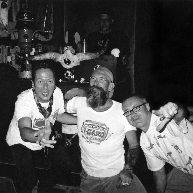 Jo con Joe Strummer y Damien Hirst en el JoBar. Al fondo, Thomas