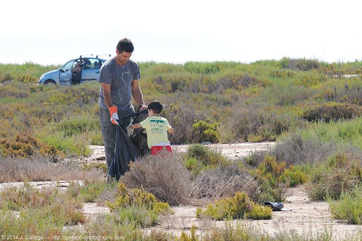 Imagen de una de las actuaciones de Serbal en Almería, limpiando un paisaje protegido con incalculable importancia ecológica.