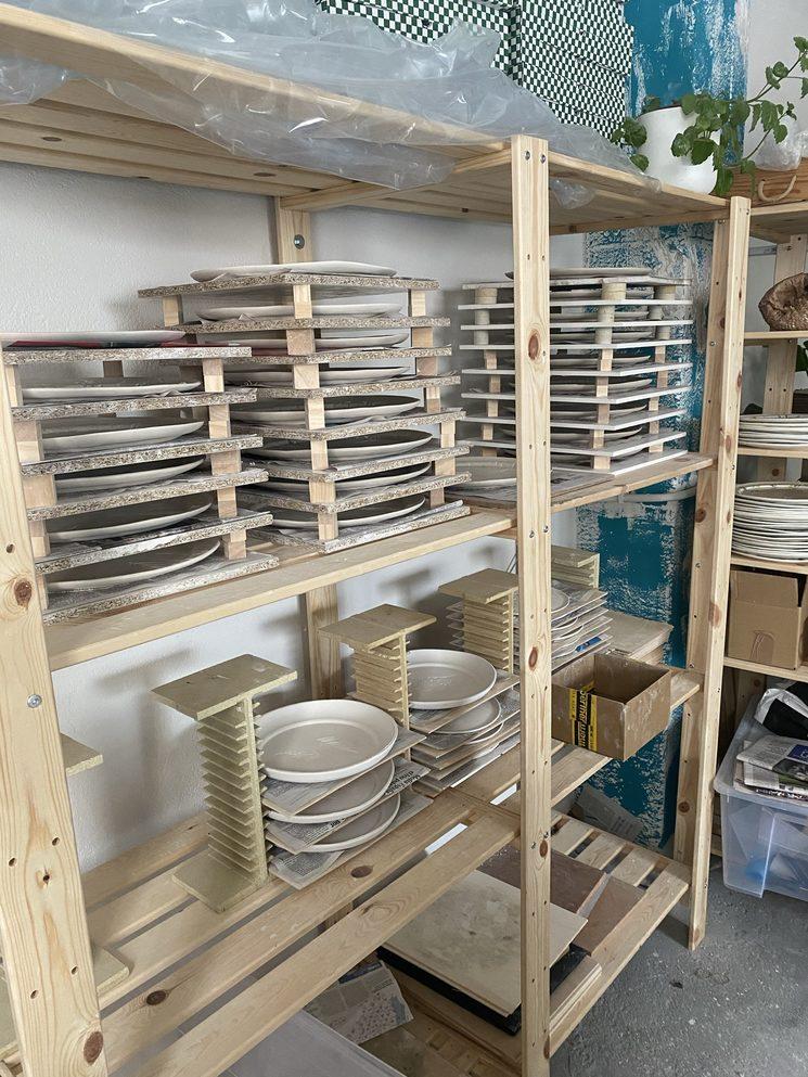 Los platos de las vajillas esperando a secarse para poder ir al horno