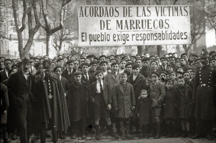 La gran cantidad de muertos junto con el cansancio de una guerra que duraba ya casi diez años provocó manifestaciones por toda España exigiendo responsabilidades. Fuente: Fondo Car-Kutxa Fototeka