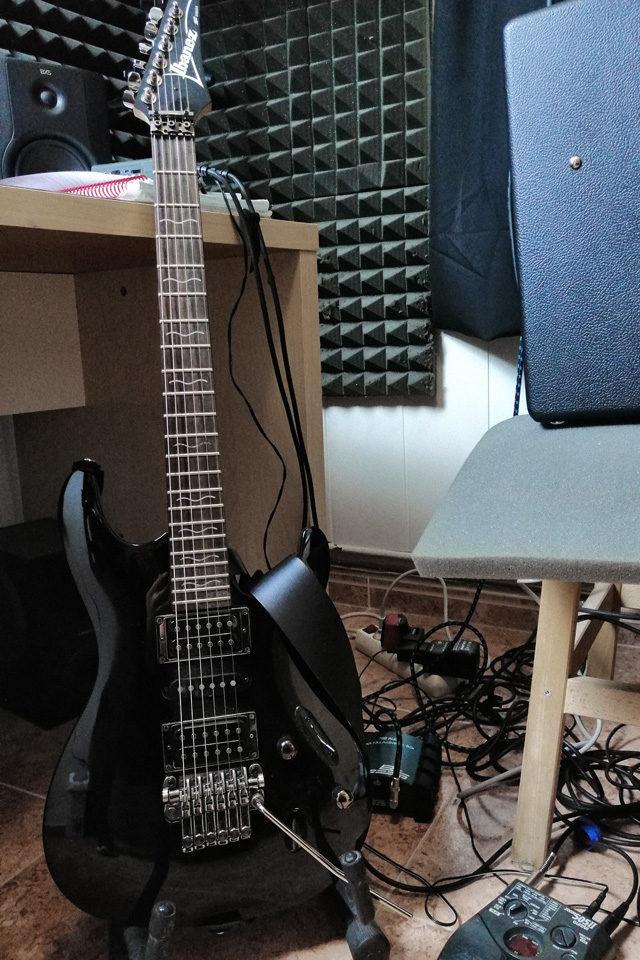 """Guitarra eléctrica durante la grabación de """"Invicto"""""""