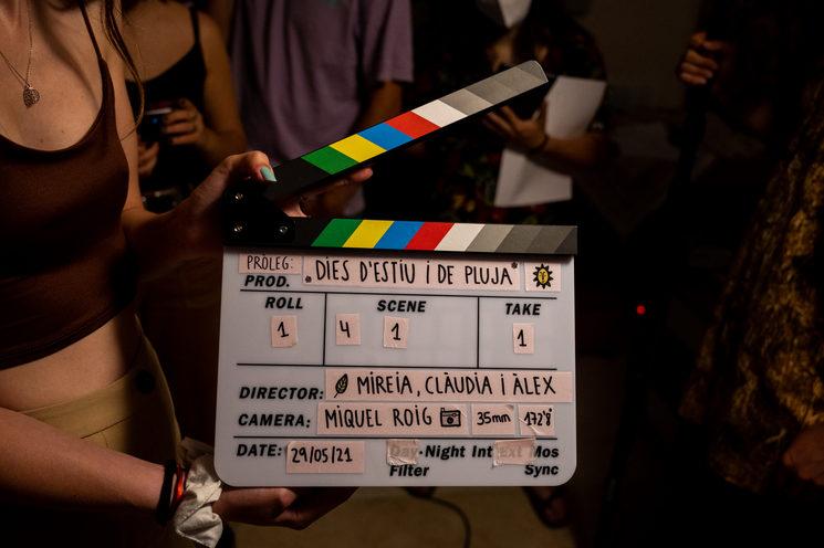 La Carla, la nostra ajudant de direcció i guionista, amb la claqueta de la primera presa del rodatge.