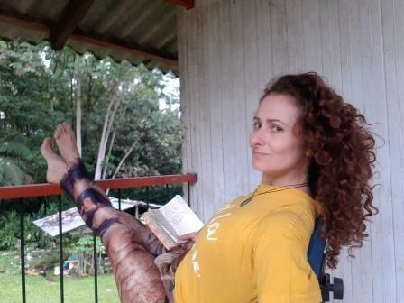Diana en la selva colombiana, escribiendo sobre la experiencia en un ritual de Ayahuasca