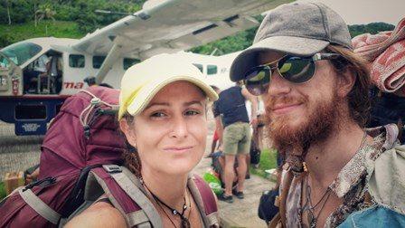 Estos somos nosotros en el preciso momento en que tomamos la avioneta que ponía punto final a uno de los momentos más difíciles de todo el viaje: cuando nos quedamos atrapados en la complicada frontera entre Colombia y Panamá