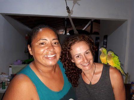 Nuestra anfitriona Damiana y sus dos ararás en Brasil