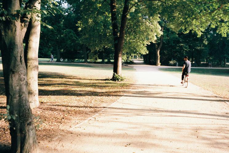 En la bici y al sol, fotografiado por Helios Roser