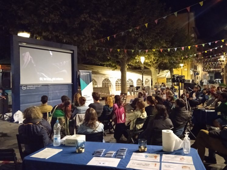 La pantalla itinerant del TERRA GOLLUT film festival es planta a qualsevol lloc: places, carrers i espais singulars on no hi ha sistemes de projecció