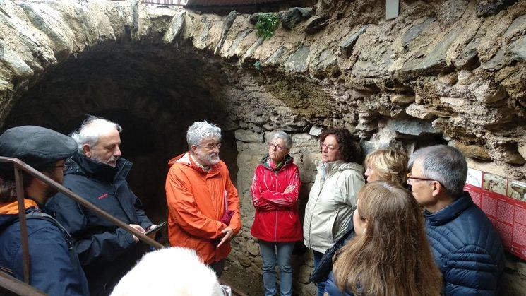 La visita als entorns dels Golluts de Ribes fascina a tothom per la història real que sembla de llegenda