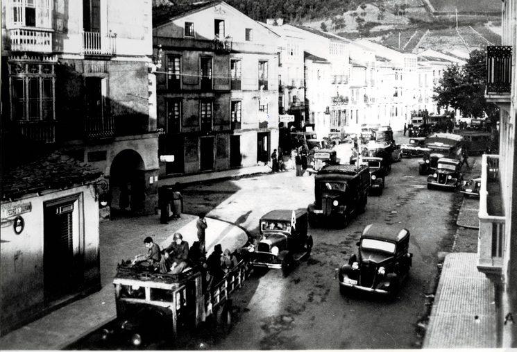 Caravana de vehículos da columna sublevada cruzando A Veiga (Archivo de José A. Ferrería Freije).