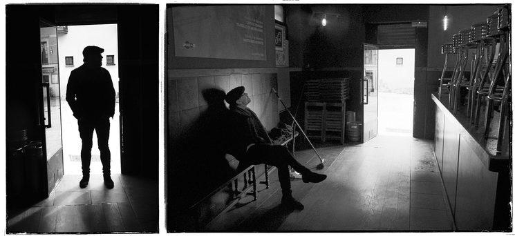 Nacho Álvarez escuchando a las paredes de su bar antes de abrirlo al público