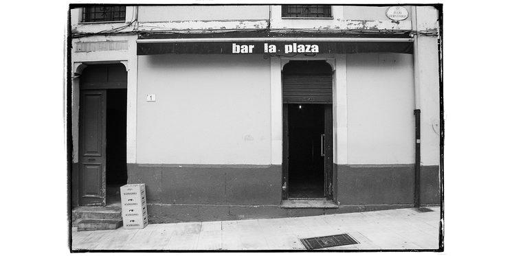 Puerta de entrada del Bar LA PLAZA en Cimadevilla, Gijón