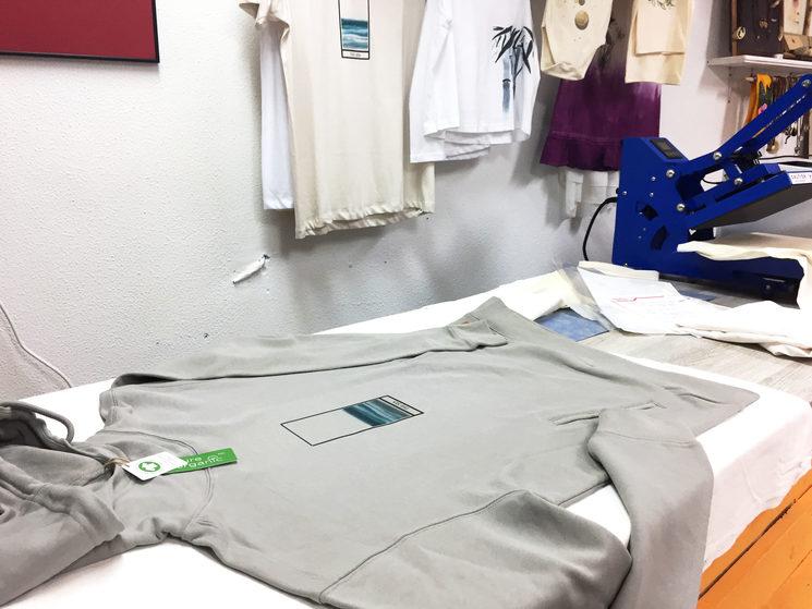Estampando en el taller con plancha de calor