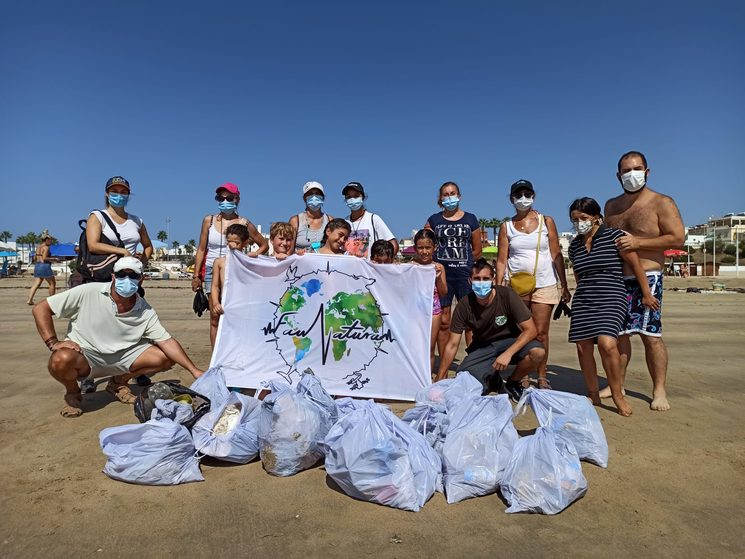 Members and volunteers of Faunatura during a garbage collection day.