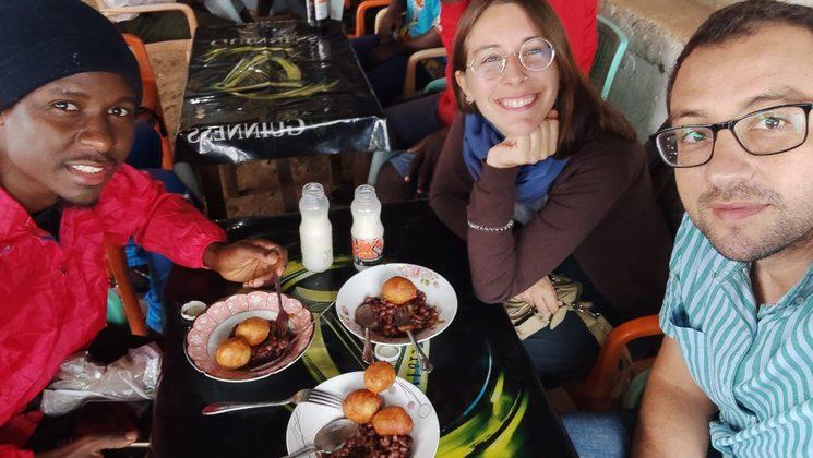 Gabriel, Aziz y Carmen desayunando BBH