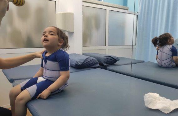 Alba con su super traje DMO en una sesión de fisio