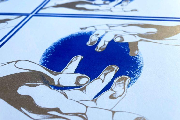 Detalle de la ilustración en azul y dorado sobre cartulina de papel reciclado