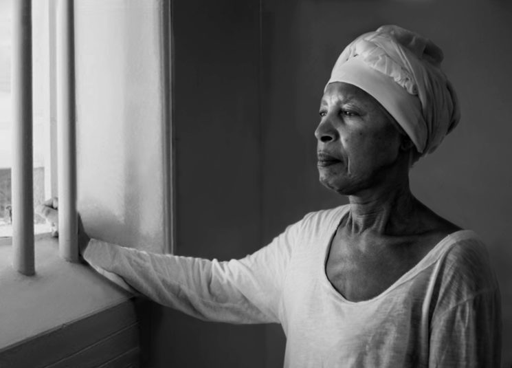 Nelly Mandela revisitando su antigua prisión de Robben Island, donde ha pasado 18 de los 27 años que estuvo encerrada. 1994.